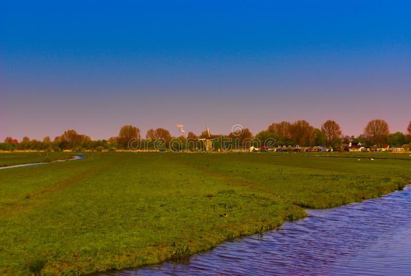 Paysage d'une ferme avec un moulin à vent illustration de vecteur