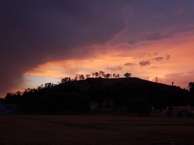 paysage d'une montagne dans Metepec, Mexique avec les couleurs dans le ciel et les nuages au crépuscule photographie stock