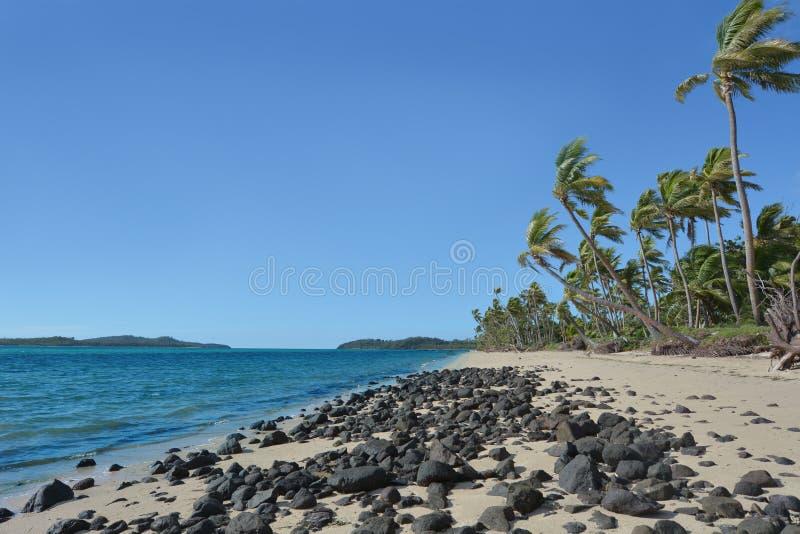 Paysage d'une plage sauvage sur une île tropicale à distance aux Fidji photographie stock