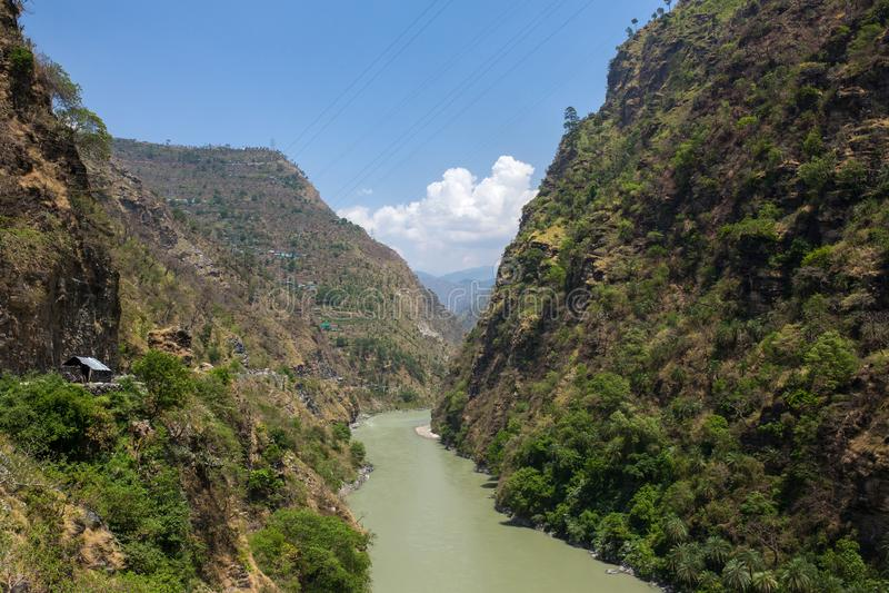Paysage d'une rivière de Beas et d'un valleyon de Kullu le chemin vers Manali, Himachal Pradesh images stock
