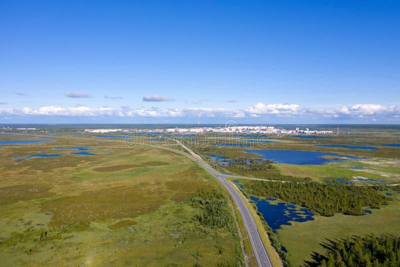 Paysage d'une taille avec la ville de la toundra de Nadym pendant l'été parmi les marais de la Sibérie du nord photos stock