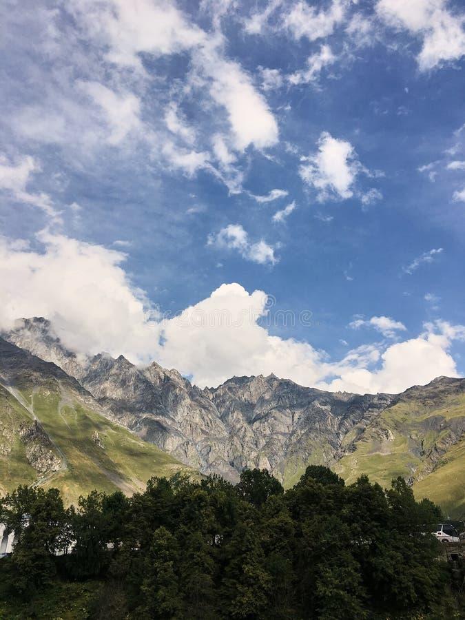 Paysage d'une vallée d'une vallée de montagne, montagnes avec des crêtes en Géorgie images libres de droits