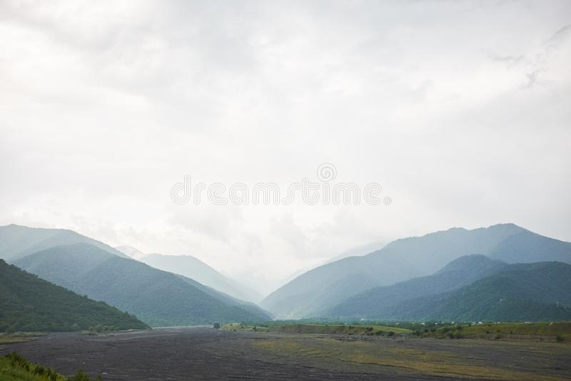 Paysage d'une vallée d'une vallée de montagne, rivière de montagne de fond de montagnes photographie stock libre de droits