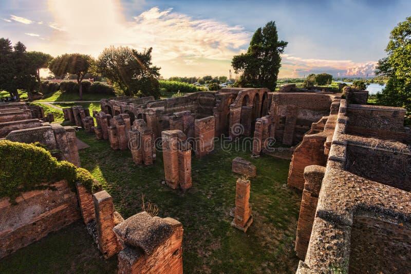 Paysage dans les ruines archéologiques romaines Ostia Antica - à Rome image libre de droits