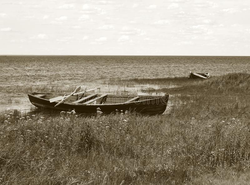 Paysage de banque de lac avec pêcher les bateaux en bois photo libre de droits
