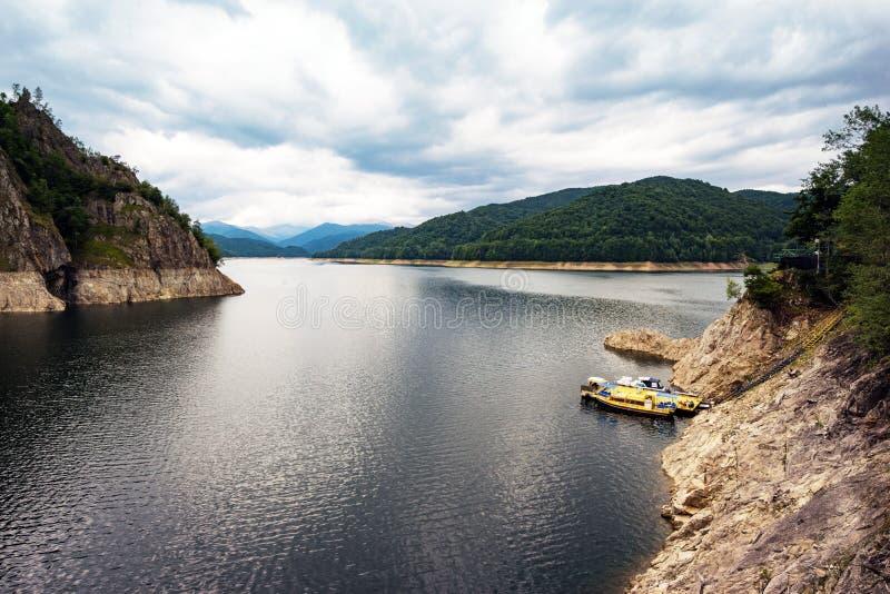 Paysage de barrage et de lac de Vidraru en Roumanie Montagnes carpathiennes, région de Corbeni image libre de droits