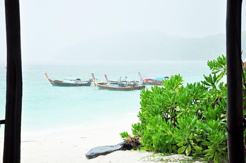 Paysage de bord de la mer avec des bateaux en mer photographie stock