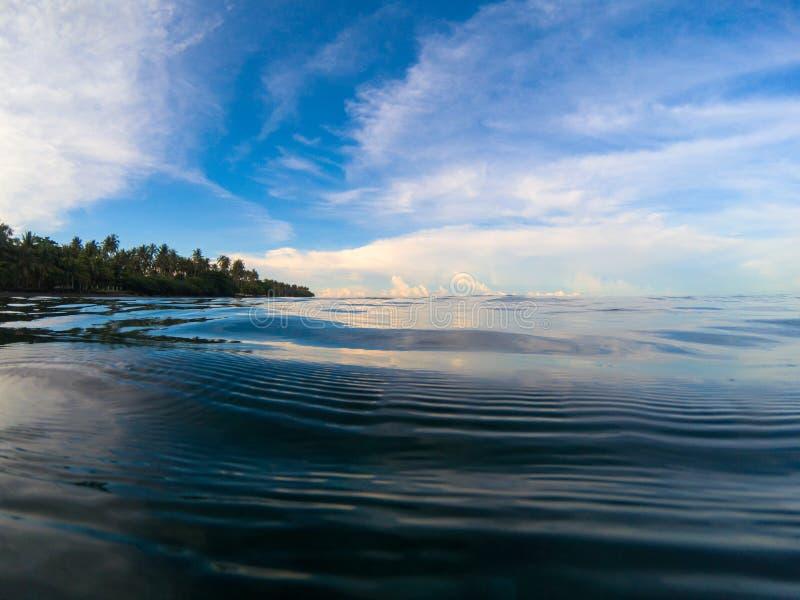 Paysage de bord de la mer avec la mer et le ciel Bord de la mer tropical Mer toujours avec la surface ondulée photos stock