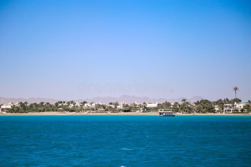 Paysage de bord de la mer avec l'eau bleue encore et l'île tropicale photographie stock libre de droits