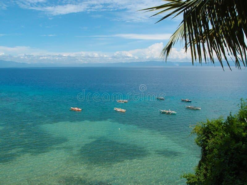 Paysage de bord de la mer sur l'île tropicale Bord de la mer avec le bateau de pêcheur photographie stock libre de droits