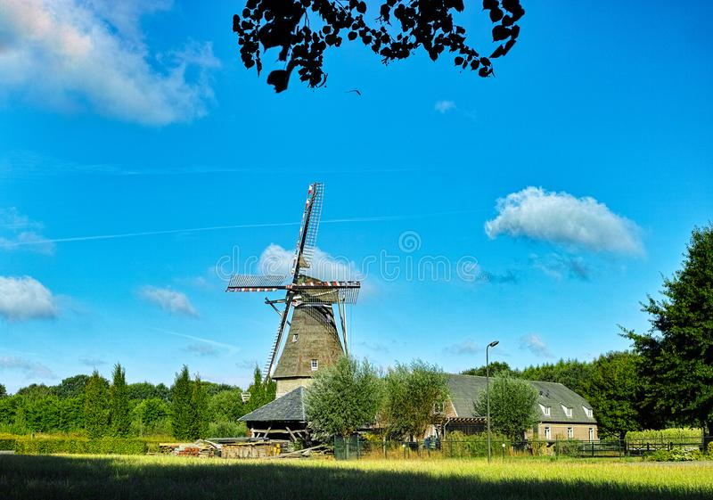 Paysage de campagne avec le moulin et la ferme néerlandais traditionnels de grain images stock