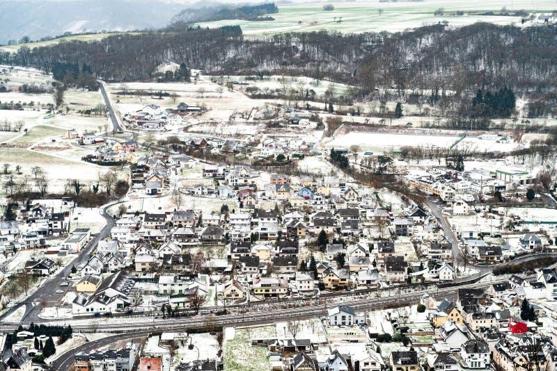 Paysage de campagne avec le village traditionnel dans les vallées de la rivière de la Moselle en Allemagne le matin froid d'hiver photo stock