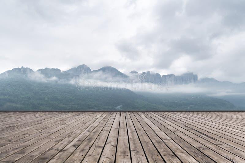 Paysage de canyon grand d'Enshi et plancher en bois photo libre de droits