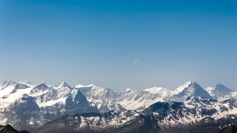 Paysage de chaîne de montagne avec le ciel bleu de la crête de Pilatus photos libres de droits
