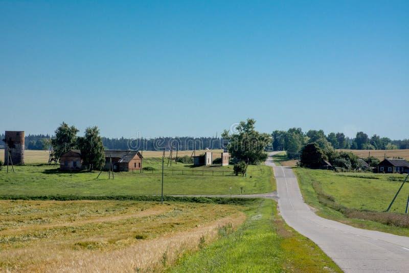 Paysage de champ avec la vieilles maison et route photo libre de droits