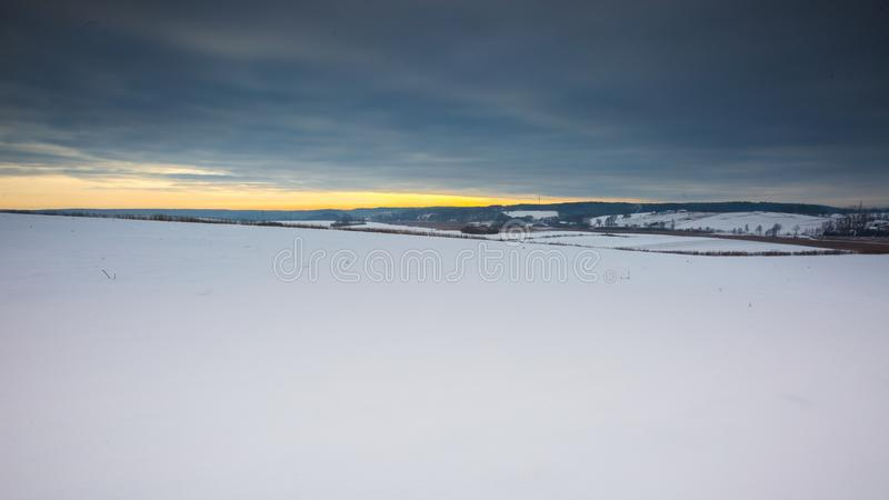 Paysage de champ d'hiver sous le ciel nuageux photo libre de droits