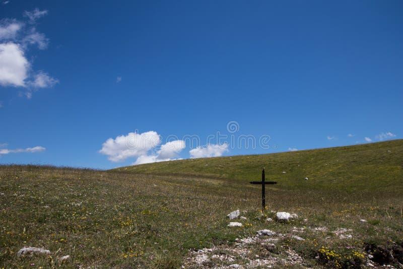 Paysage de collines vertes avec une croix photo libre de droits