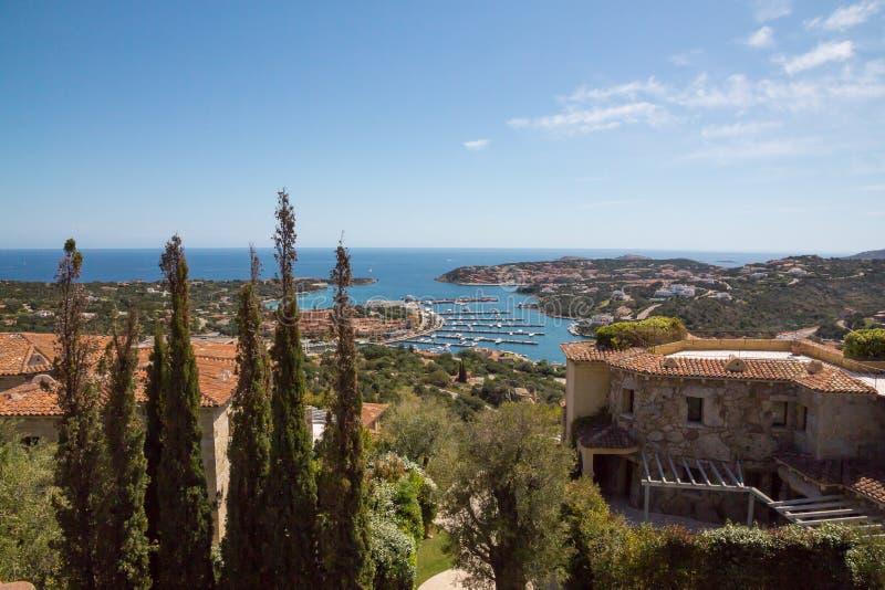 Paysage de Costa Smeralda avec une vue sur le port de Porto Cervo photos stock