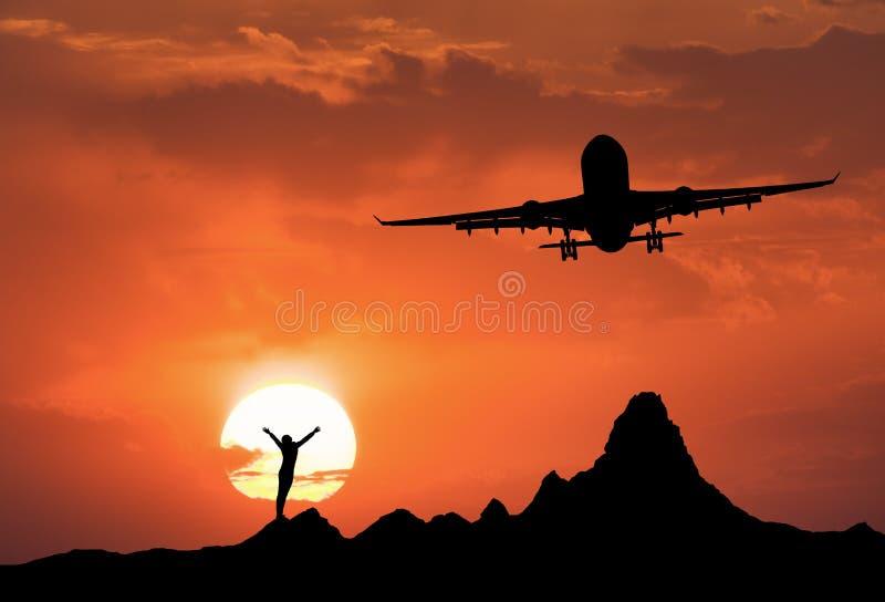 Paysage de coucher du soleil avec la silhouette d'une femme debout photo libre de droits
