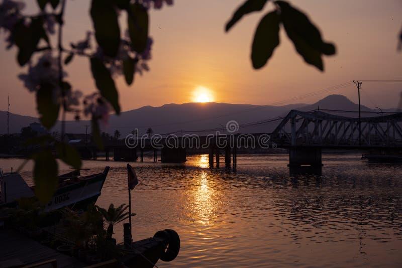 Paysage de coucher du soleil avec toujours la rivière et les feuilles Coucher du soleil romantique dans le pays tropical Pont et  photos stock