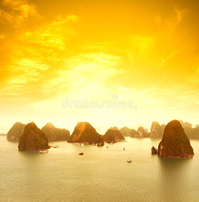 Paysage de coucher du soleil de baie du Vietnam Halong beau images libres de droits