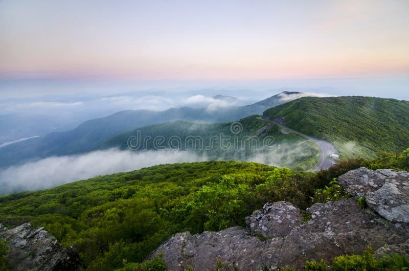 Paysage de coucher du soleil de montagne images stock