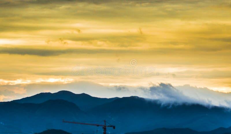 Paysage de coucher du soleil de montagnes photos stock