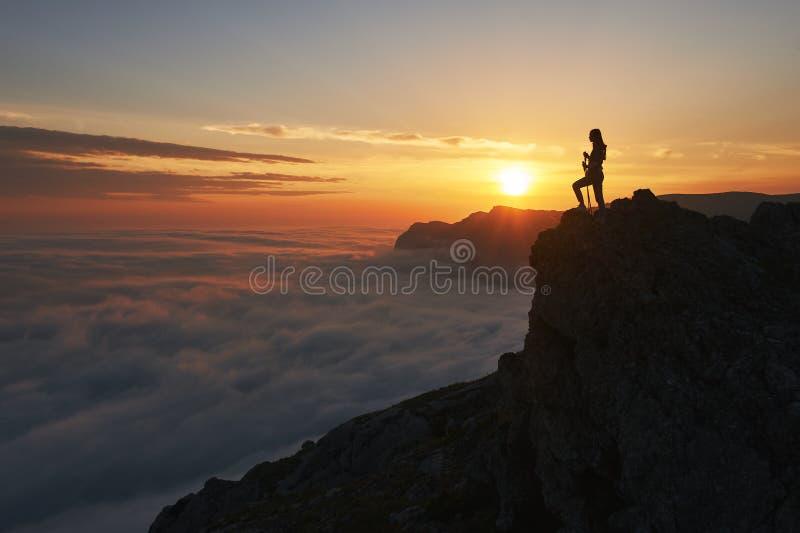 Paysage de coucher du soleil de montagnes avec la silhouette de touristes dans la lumi?re orange du soleil photographie stock