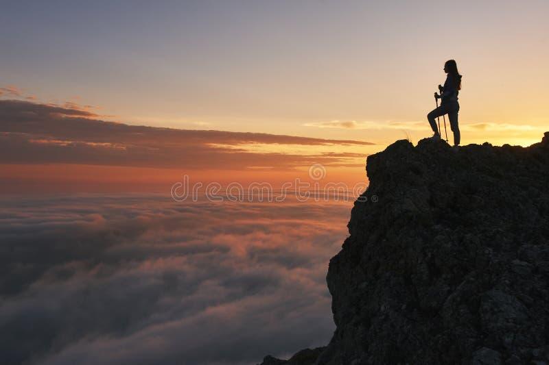 Paysage de coucher du soleil de montagnes avec la silhouette de touristes dans la lumi?re orange du soleil image libre de droits