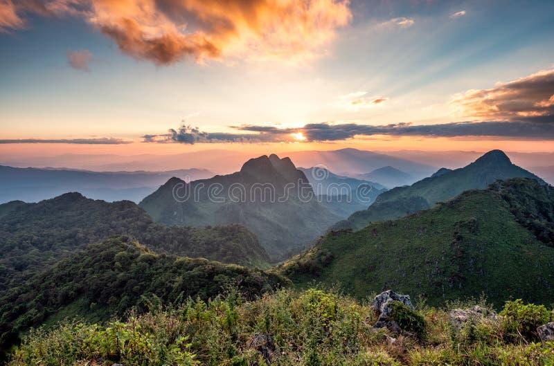 Paysage de coucher du soleil sur la gamme de montagne dans la réserve naturelle au parc national de Doi Luang Chiang Dao image stock