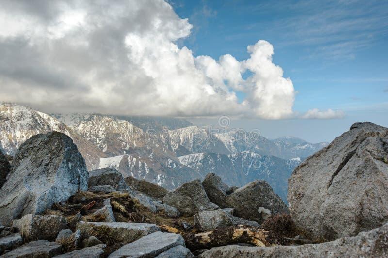 Paysage de crêtes de montagne de Milou de l'Himalaya indien image libre de droits