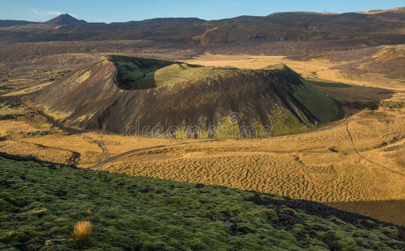 Paysage de cratère ou de caldeira volcanique avec de la mousse verte luxuriante dans le premier plan photo stock