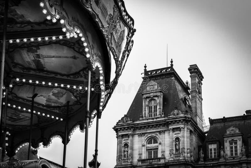 Paysage de cru en noir et blanc du carrousel de l'endroit de l'hôtel de Ville à Paris photo libre de droits