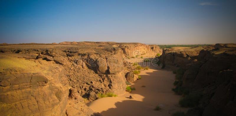 Paysage de désert avec l'oued sec de lit de la rivière aka, Karima, Soudan photos libres de droits