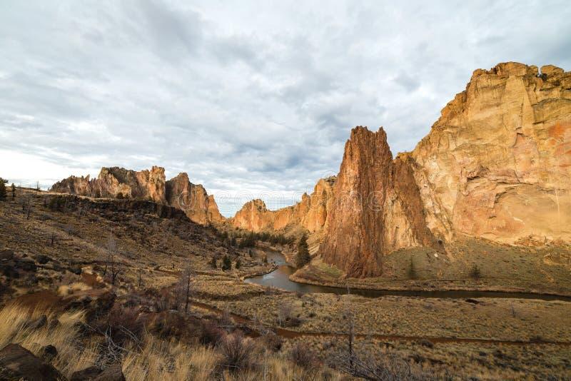 Paysage de désert de Smith Rock avec des formations de roche image libre de droits
