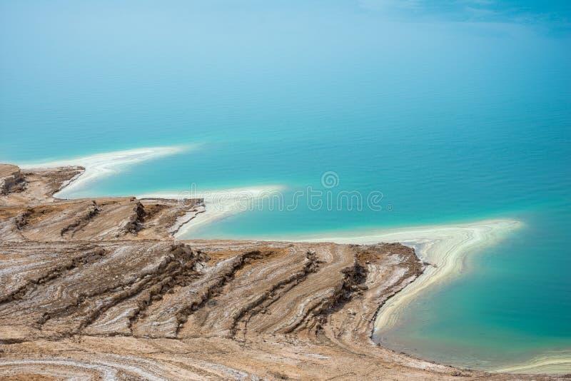 Paysage de désert de littoral de mer morte avec du sel blanc, Jordanie, Israël image stock