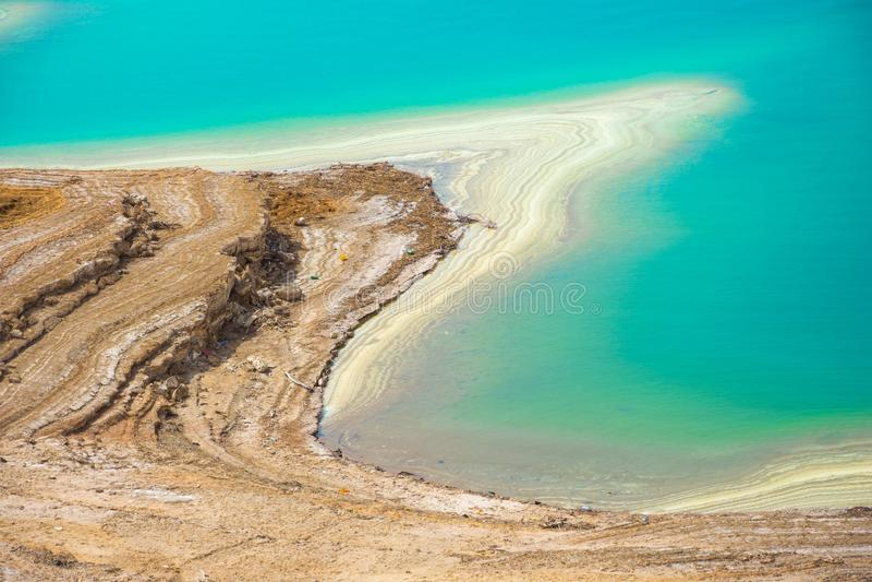 Paysage de désert de littoral de mer morte avec du sel blanc, Jordanie, Israël photographie stock libre de droits