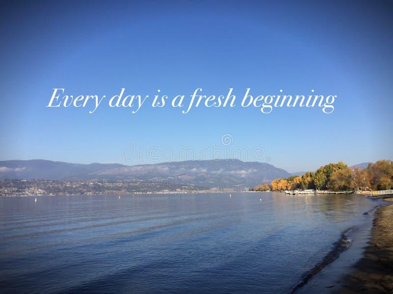 Paysage de inspiration avec des mots Chaque jour est un début frais images stock