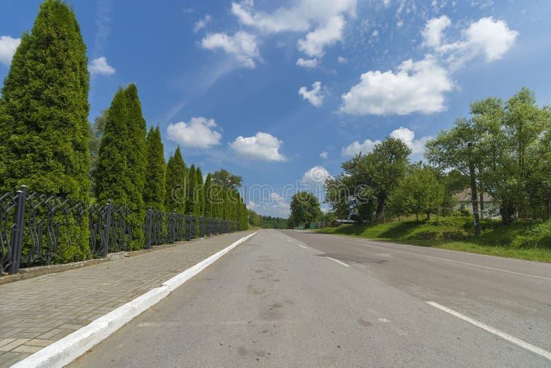 Paysage de jour d'été avec la route, le ciel nuageux et les montagnes carpathiennes image libre de droits
