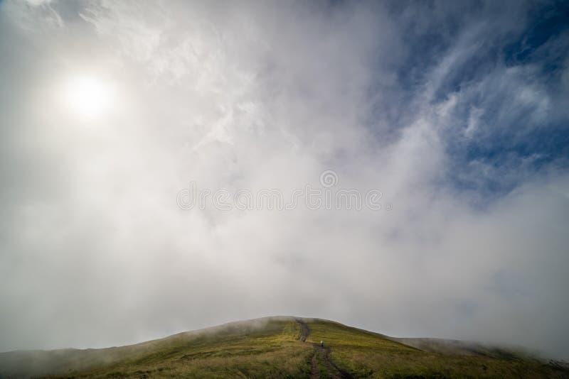 Paysage de l'arête de Borzhava des montagnes carpathiennes ukrainiennes Nuages au-dessus de Carpathiens photos stock