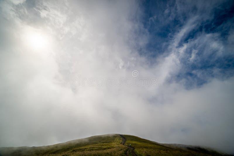 Paysage de l'arête de Borzhava des montagnes carpathiennes ukrainiennes Nuages au-dessus de Carpathiens image libre de droits