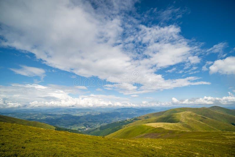 Paysage de l'arête de Borzhava des montagnes carpathiennes ukrainiennes Nuages au-dessus de Carpathiens image stock