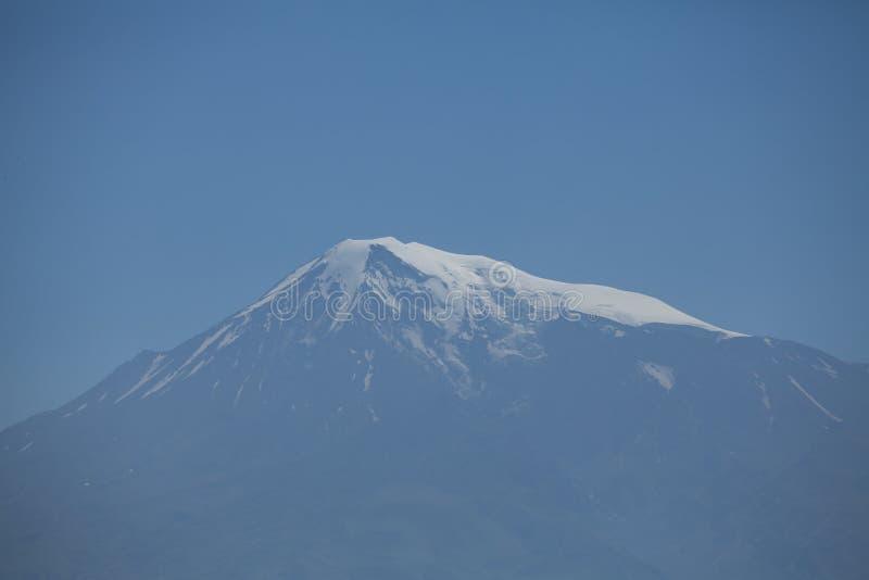 Paysage de l'Arménie de montagne de Snowly, montagne, ciel, vue, nature, bleu, bâtiment, vieux, en pierre, tourisme photographie stock libre de droits