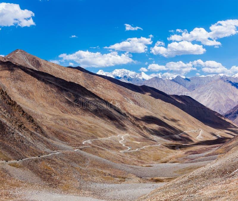 Paysage de l'Himalaya avec la route, Ladakh, Inde image stock