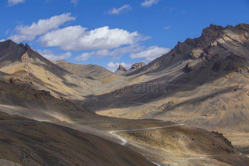Paysage de l'Himalaya de montagne le long de Leh à la route de Manali Route d'enroulement et montagnes rocheuses en Himalaya indi photos stock