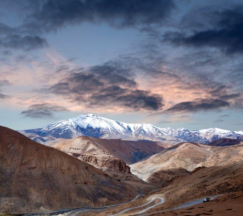 Paysage de l'Himalaya de montagne le long de route de Manali - de Leh, Inde photo stock