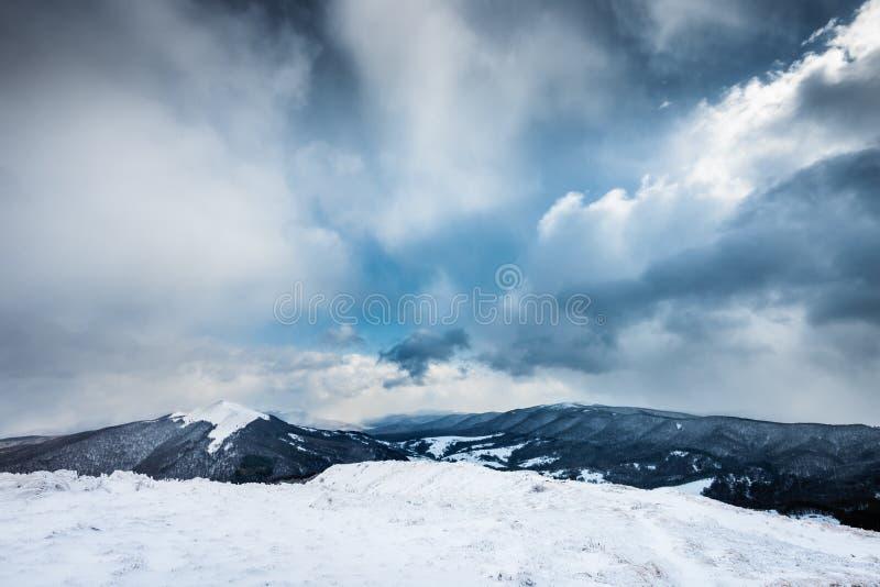 Paysage de l'hiver Crête de Carynska de prés dans Bieszczady image stock