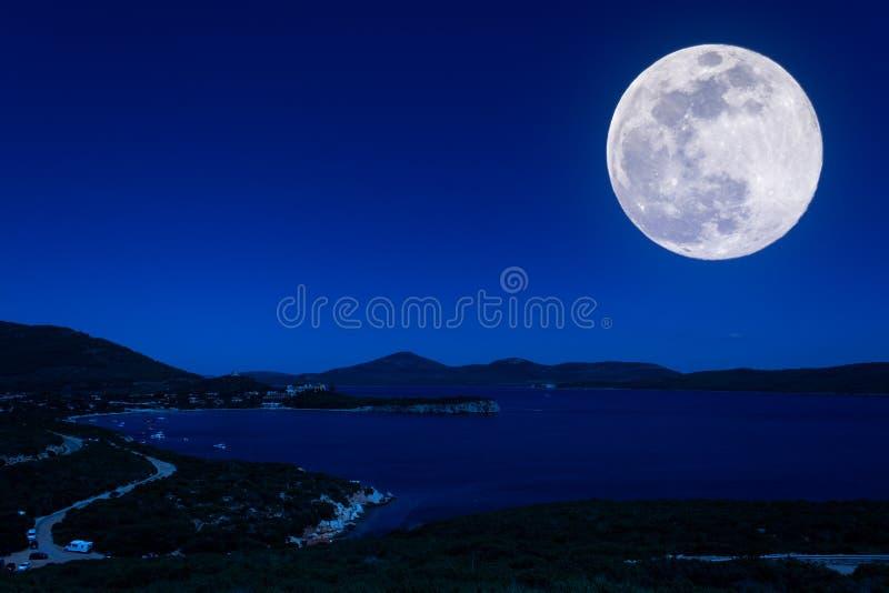 Paysage de la côte la nuit photo stock