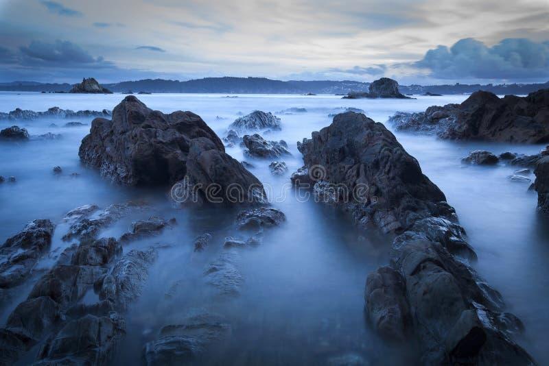 Paysage de la côte dans l'océan la nuit images libres de droits