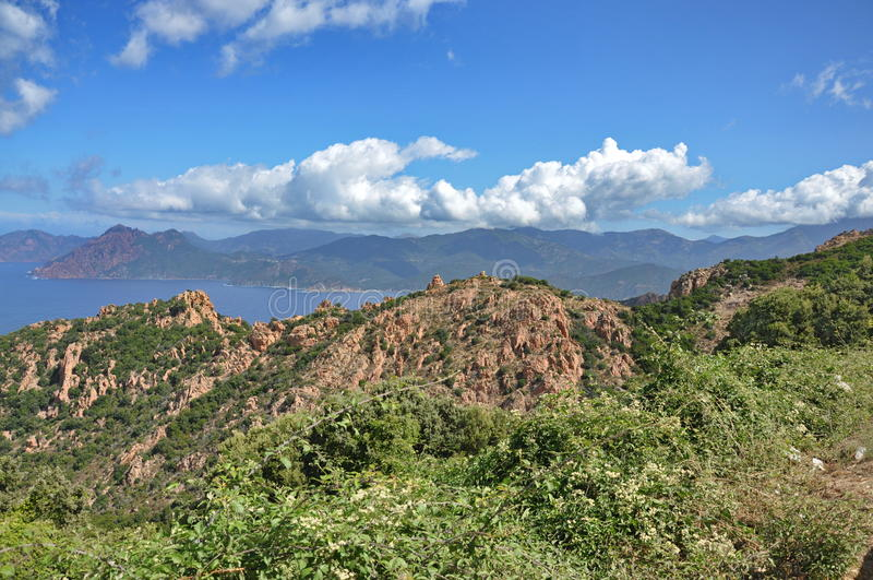 Paysage de la Corse avec la mer, le rivage et les montagnes image stock